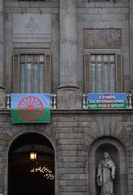 La bandera del Pueblo Gitano en la fachada del Ayuntamiento de Barcelona
