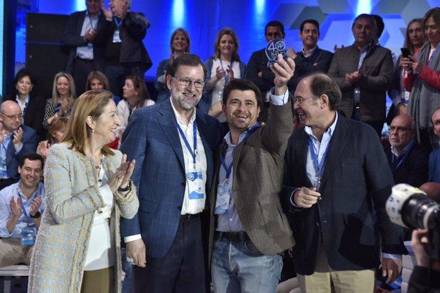 Beltrán Pérez se fotografía con Mariano Rajoy en la Convención del PP