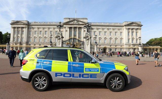Coche de Policía frente al Palacio de Buckingham