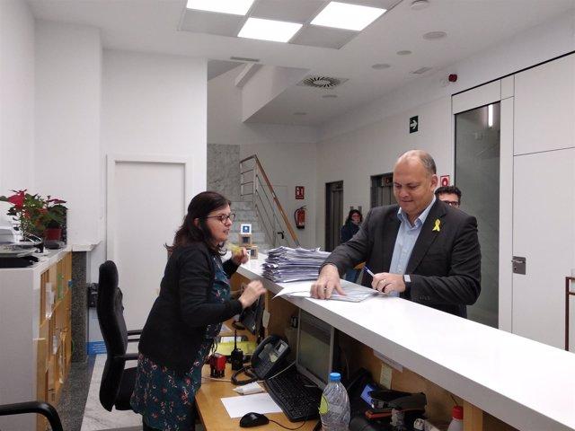 Carles Agustí entrega los avales de su candidatura a las primarias del PDeCAT