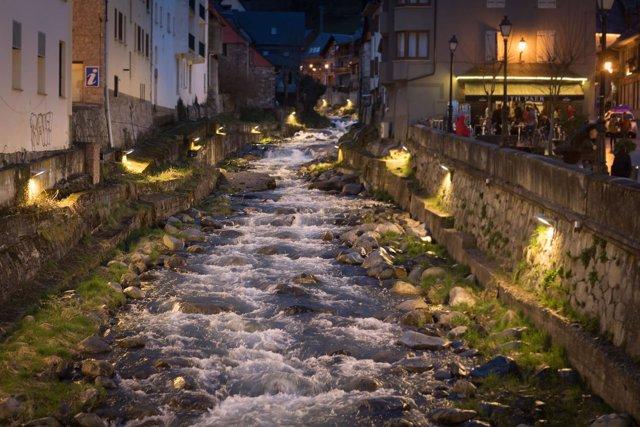 Río Nere iluminado a su paso por Vielha