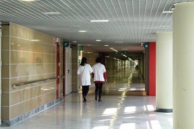 Médicos caminando por un pasillo en Son Espases