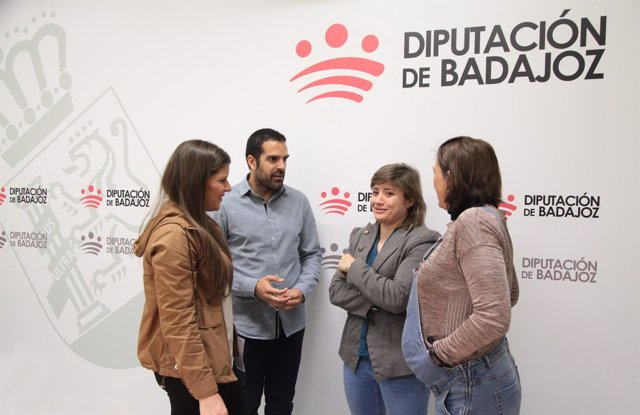 A diputada de Cultura de la Diputación de Badajoz, Cristina Núñez, acompañada de