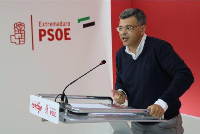 El portavoz del PSOE de Extremadura, en rueda de prensa