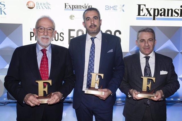 Responsables de Unicorp Patrimonio y Unicorp Vida posan con los Premios
