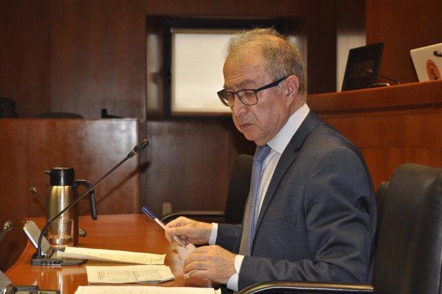 El consejero de Hacienda, Fernando Gimeno, este lunes en las Cortes.