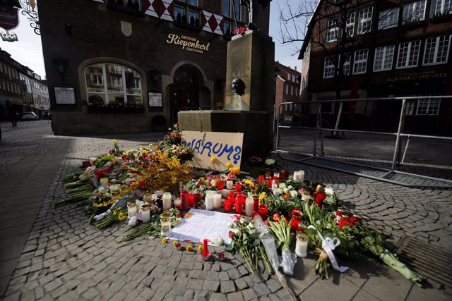 Flores en señal de duelo en el lugar donde se produjo el atropello en Münster.