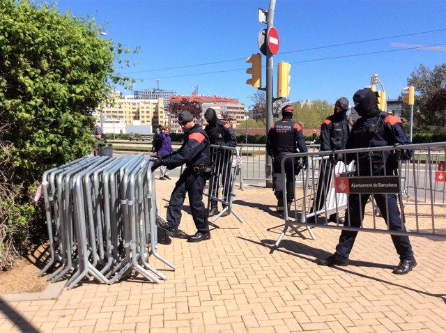 Los Mossos retiran vallas de una concentración