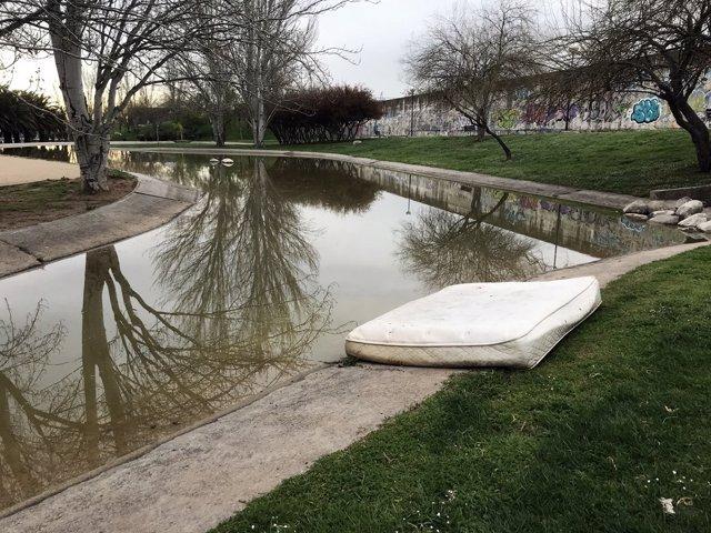 Colchón tirado en el parque La Granja