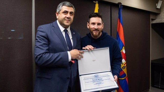 Lionel Messi junto a Zurab Pololikashvili, secretario general de la OMT.