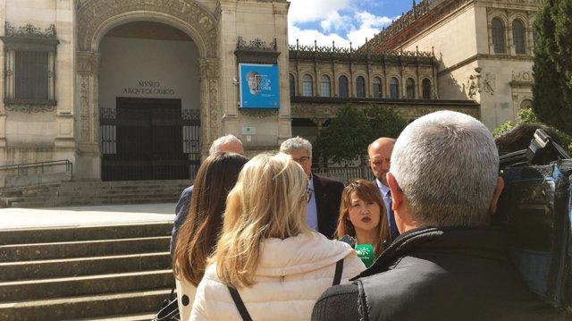 Verónica Pérez atiende a periodistas en el Museo Arqueológico