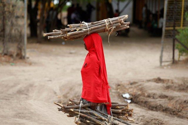 Una mujer con leña en el campo de refugiados de Kakuma