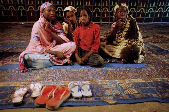 Niñas mauritanas en una tienda tradicional en Nuakchot (Archivo)