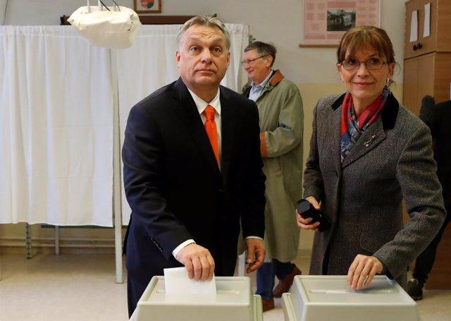 Viktor Orban y su esposa, Aniko Levai, votan en los comicios 2018