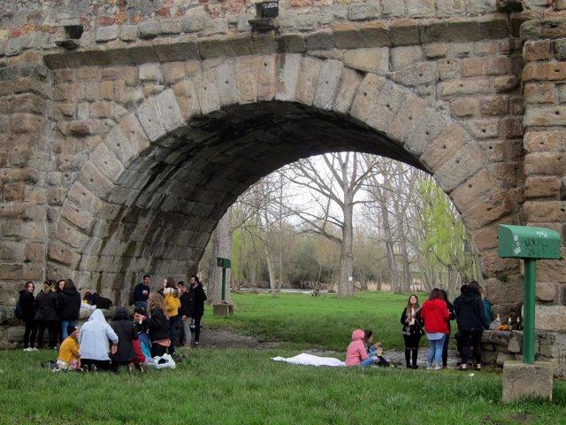 Jóvenes este Lunes de Aguas en el Puente Romano, 9-4-18