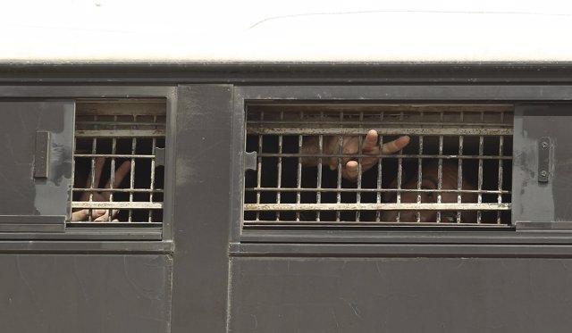 Prisioneros palestinos trasladados en autobús