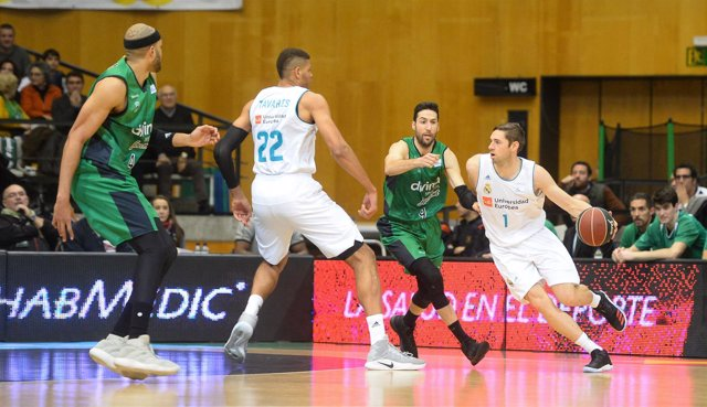 Causeur se intenta zafar de Vidal en el Joventut-Real Madrid