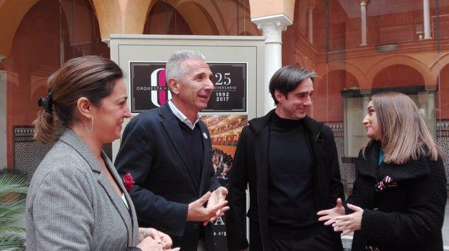 Ambrosio, Vázquez y Domínguez-Nieto, que habla con la delegada de la Junta