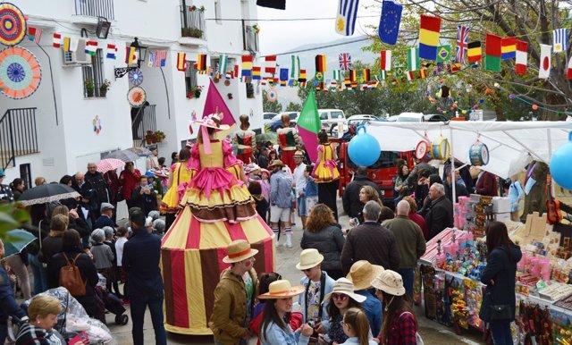 Las calles de Iznájar durante la celebración del 'Urban Knitting'