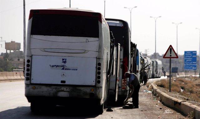 Evacuación de milicianos en autobuses en Siria