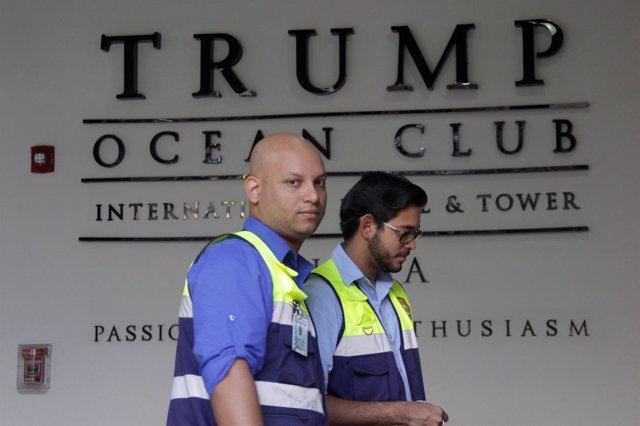 Investigadores del Ministerio de Trabajo de Panamá en la torre Trump