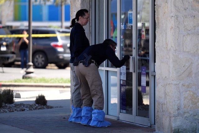 Dos personas estudian pruebas de las explosiones de Austin