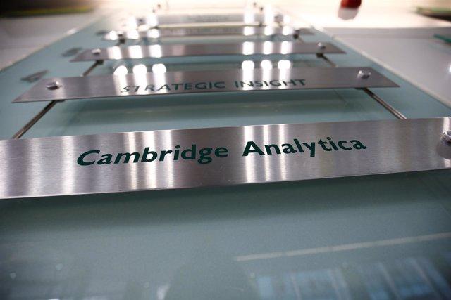 El cartel de la empresa Cambridge Analytica en Londres