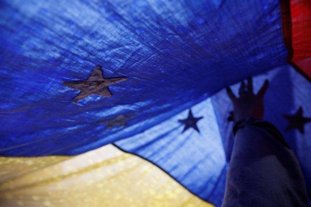 Bandera de Venezuela en una manifestación opositora