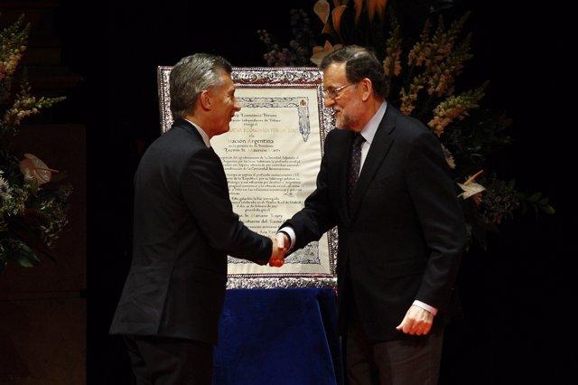 Mariano Rajoy entrega un premio a Mauricio Macri en Madrid