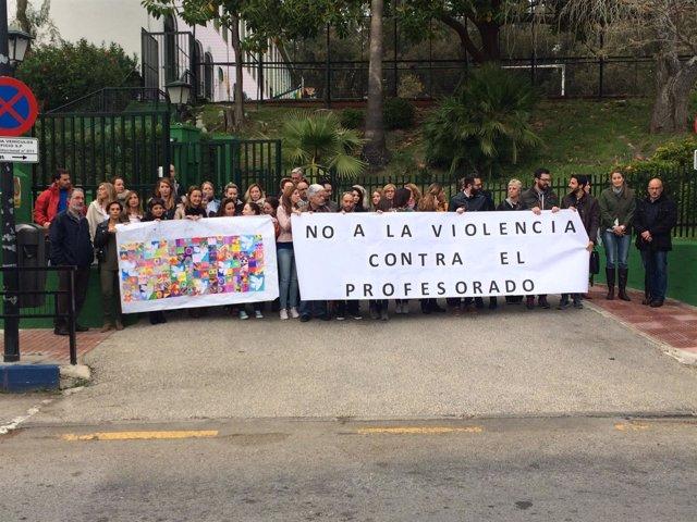Profesores del colegio CEIP José Banús se concentran tras la agresion a docente