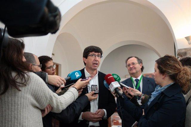 El líder de Cs Andalucía, Juan Marín, haciendo declaraciones a los medios