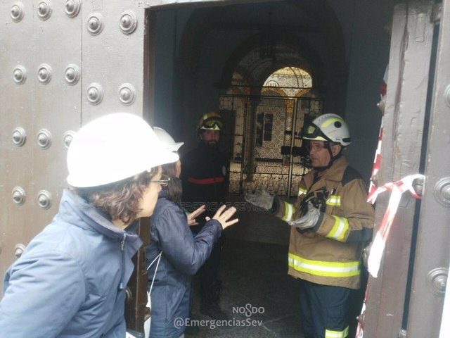 Bomberos de Sevilla actúan en en la vivienda desplomada en Doña María Coronel