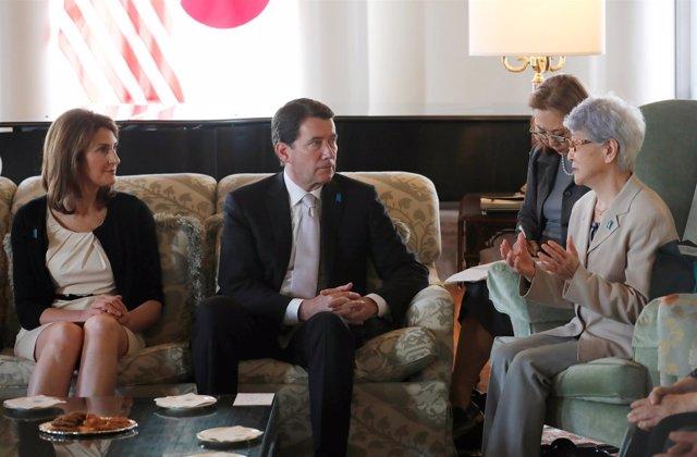 El embajador estadounidense en Japón hablando con Sakie Yokota