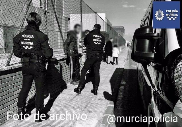 Imagen de archivo de la Policía Local deteniendo a un gorrilla