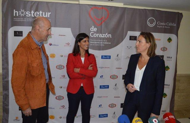Alfonso Torres e Idoia Carrillo y María del Mar Martínez de Hostetur