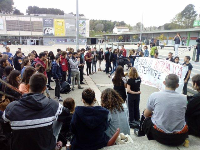 Estudiantes se concentran en el campus de Diagonal
