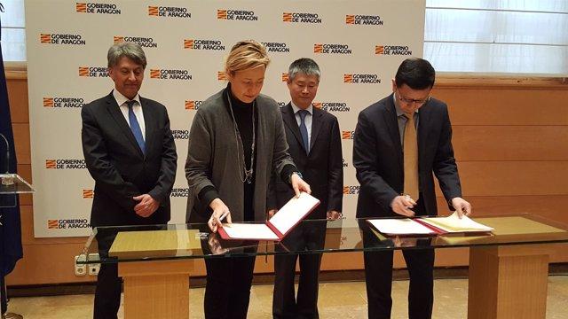 Gastón y Liu han firmado este acuerdo para estrechar lazos comerciales