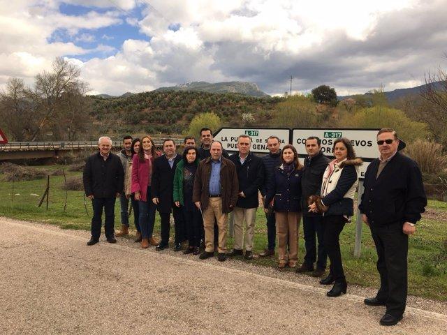 Bueno, y miembros del PP de Jaén ante el Puente del Aguadero.