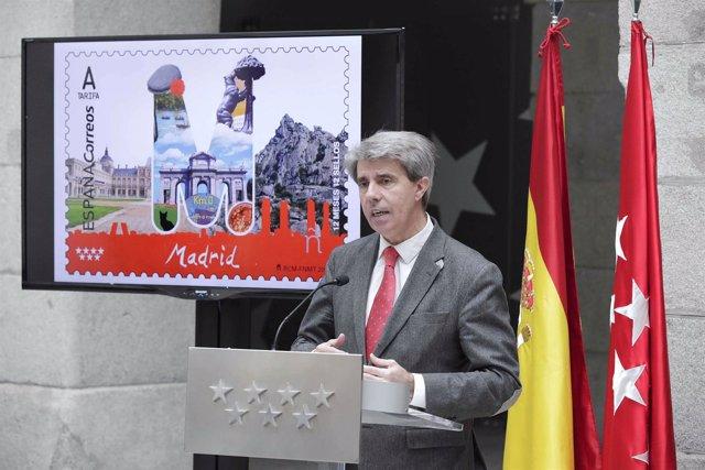 Garrido Presenta El Sello De Correos Dedicado A La Provincia De Madridel Conseje