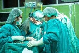 Médicos en una operación
