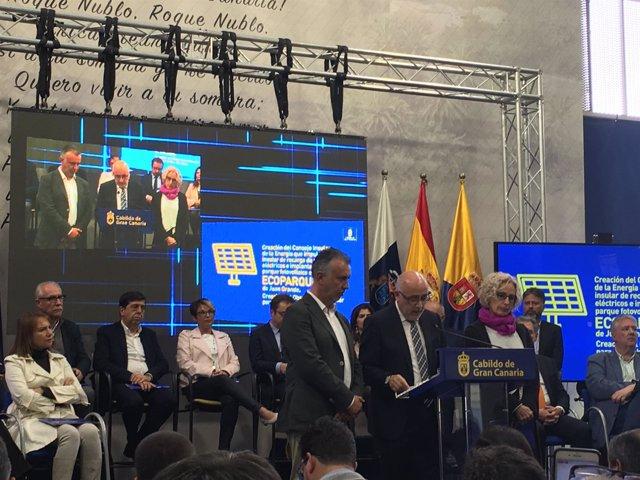 El presidente grancanario, Antonio Morales, junto a sus vicepresidentes