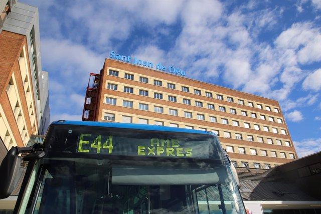 Línea de bus AMB Exprés E44 ante el Hospital Sant Joan de Déu