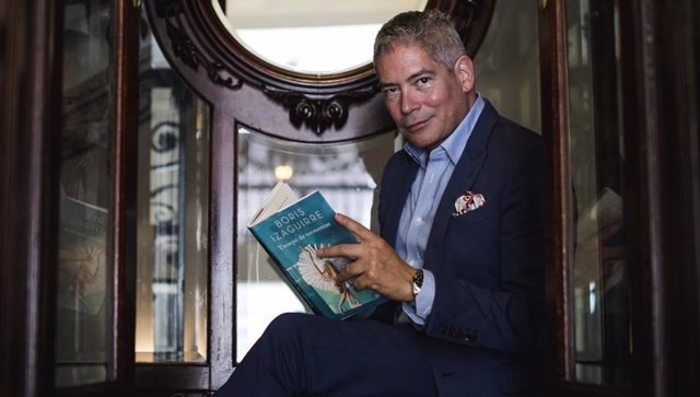 Boris Izaguirre con su libro