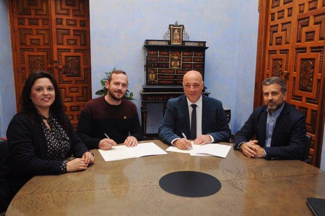 Ruiz (centro) firma el convenio con Juventudes Agrarias