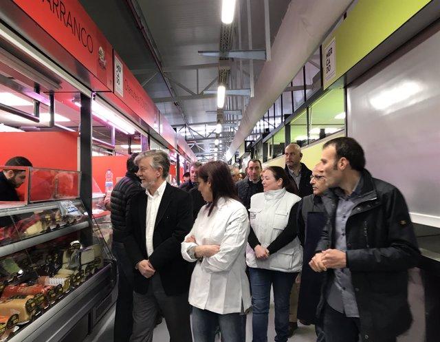 El alcalde visita algunos de los puestos del mercado provisional