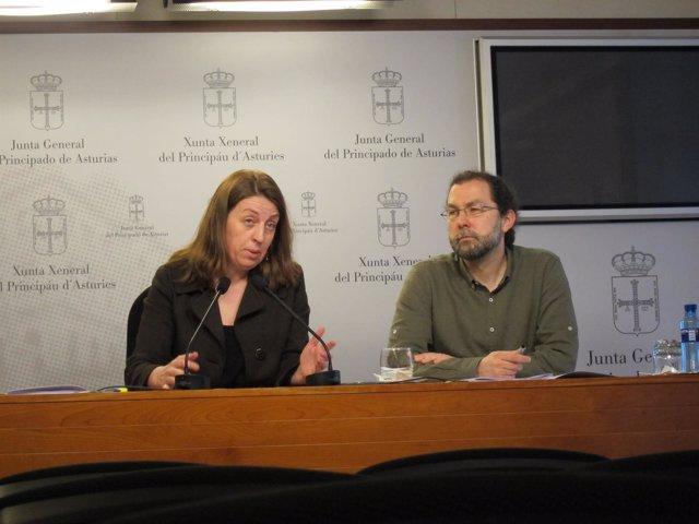 Los diputados de Podemos Lorena Gil y Emilio León