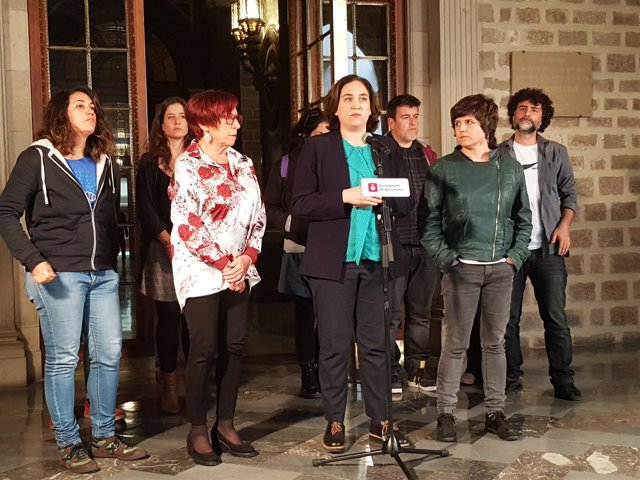 Ada Colau, Gala Pin, Trini Capdevila (ERC) y promotores de las preguntas