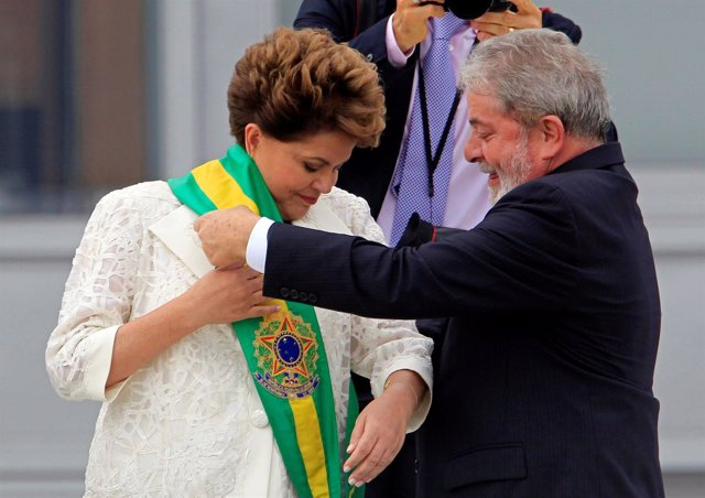 Luiz Inacio Lula da Silva impone la banda presidencial a Dilma Rousseff