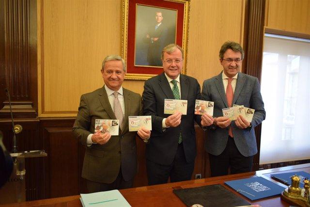 Presidente de Correos (I), Silván y Majo (D) con los sellos de León 10-4-2018