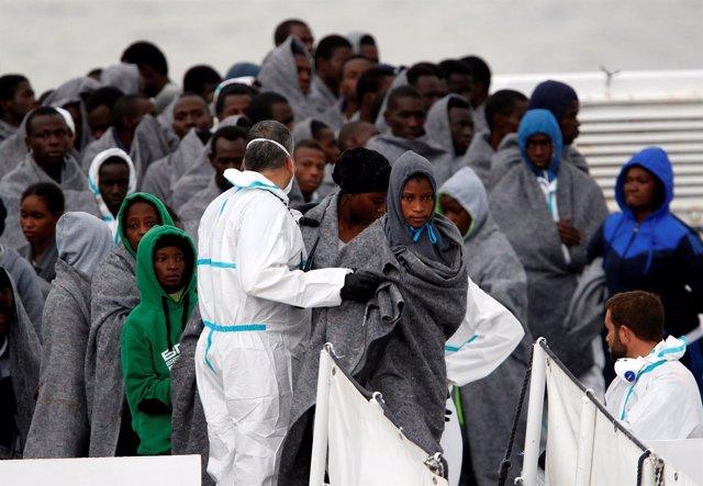 Refugiados desembarcando en el puerto italiano de Catania.